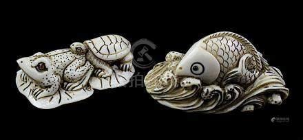 2 japanische Netsukes aus Elfenbein, Kröte mit Schildkröte auf Lotusblatt und Fisch auf Welle,