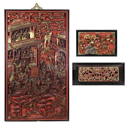 3 chinesische geschnitzte Holzpaneele, lackiert und teilvergoldet, um 1900, davon 2 klein und mit