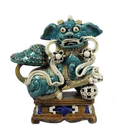 Keramik Tempellöwe, China Ende 19.Jh., sitzend auf rechteckigem Sockel mit durchbrochener Kugel