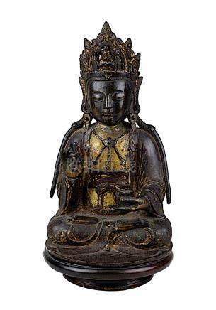 Amitabha Buddha, China, Ming-Dynastie, sitzende Figur in meditierender Haltung, Bronze mit dunkler