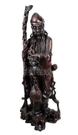 Holzfigur eines chinesischen Weisen mit Stock und Vogel, aus einem Stück Teakholz geschnitzte