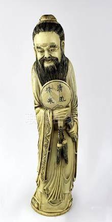 Figur eines Gelehrten mit Fächer und Schriftrolle, Elfenbein, Japan um 1900, aus einem Stück