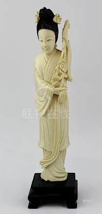 Elfenbein Geisha-Figur mit Blütenzweig, Japan 1. Hälfte 20. Jh., Haartracht mit schwarzer Farbe