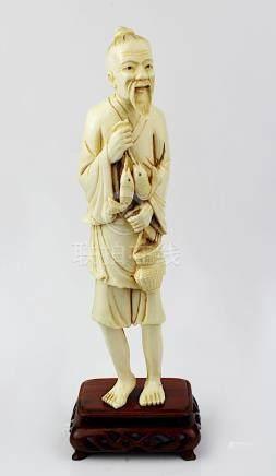Figur eines Fischers aus Elfenbein, Japan um 1920, auf durchbrochen gearbeitetem rechteckigem
