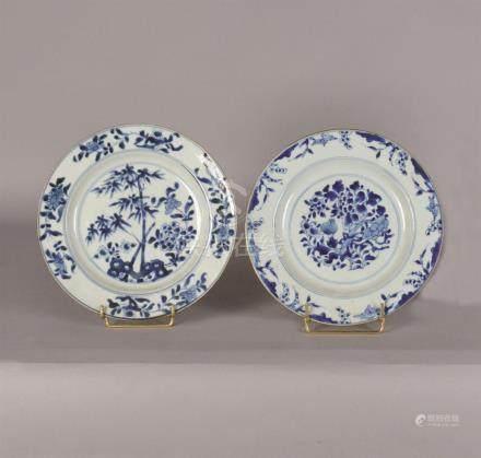 Assiette en porcelaine bleu blanc à décor de bambous et pivoines arbustives, l'