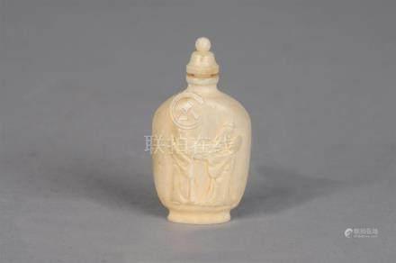 Flacon tabatière à panse aplatie en ivoire à décor sculpté en bas relief d'un s
