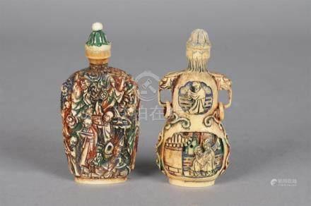 Deux flacons tabatières couverts en ivoire sculpté teinté polychrome. Le premie