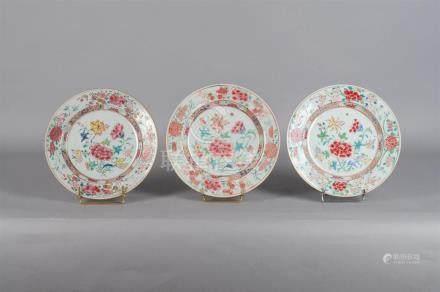Série de trois assiettes plates rondes en porcelaine blanche à décor polychrome