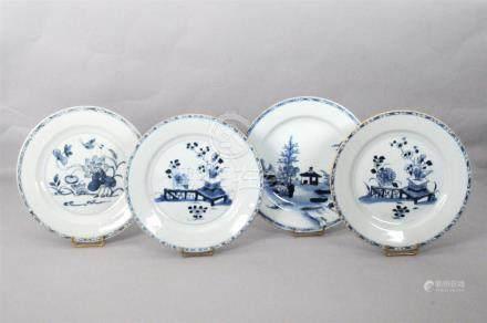 Quatre assiettes en porcelaine blanche émaillée bleue à décor de vases sur enta