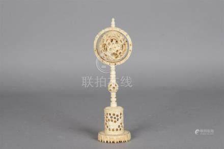 Boule de Canton en ivoire sculpté patiné à rehaut buns ajourée à décor de drago