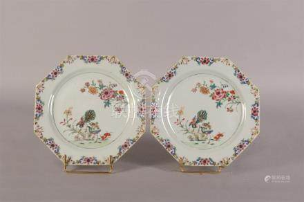Deux assiettes plates octogonales formant paire en porcelaine à décor polychrom