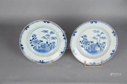 Paire d'assiettes rondes creuses en porcelaine bleu blanc à décor de bambous et