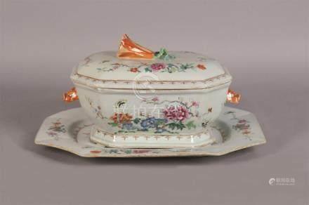 Soupière couverte à pans coupés et présentoir en porcelaine décorée en émaux po