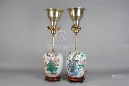 Paire de potiches couvertes de forme ovoide en porcelaine blanche à décor polyc