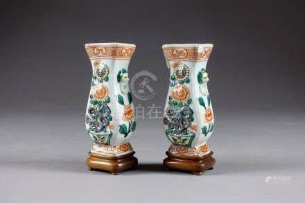 Paire de Vases miniatures de Forme balustre. Décor, en relief, de jardinières f