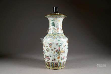 Vase balustre. Décoré, en deux registres, d'une collection de mobilier, d'objet