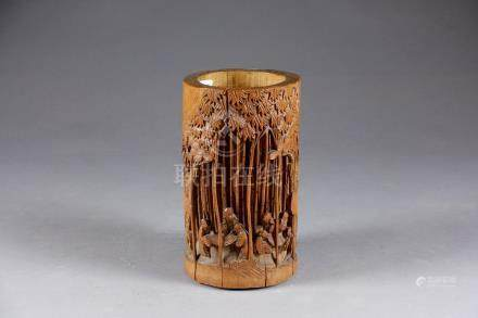 Grand Pot à pinceaux de Lettré. Bambou sculpté, sur une face, d'une assemblée d