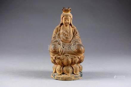 Kwann-Yin. Représentée assise sur un socle lotiforme. Terre cuite patinée avec
