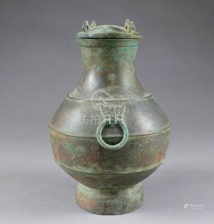 Vase Hu et son Couvercle. A panse moulurée présentant deux anses en anneau rete
