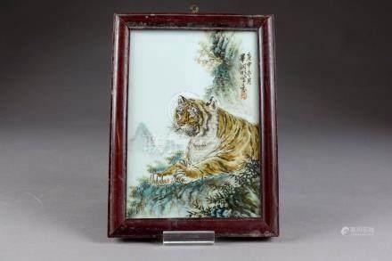 Plaque. Peinte, en polychromie, d'un tigre couché dans un paysage de montagnes.