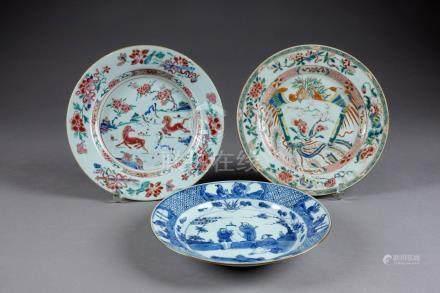 Trois Assiettes. A émaux blanc/bleu et de la Famille Rose. Porcelaine de Chine