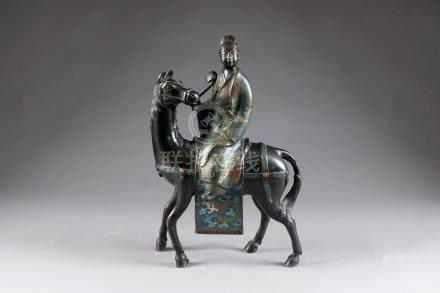 Dignitaire à Cheval. Portant une robe ample à décor de grues, un sceptre Ru-Yi