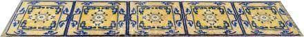 Carpette Chine. A cinq médaillons reliés entre eux, sur fond jaune. Le pourtour