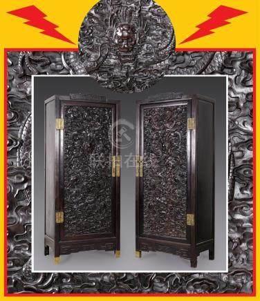 [=] IMPORTANTE PAIRE D'ARMOIRES AUX VANTAUX EN BOIS DE ZITAN  Chine, Dynastie Q