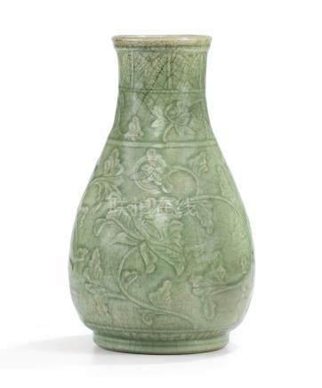 明初 龍泉青釉纏枝花卉紋瓶