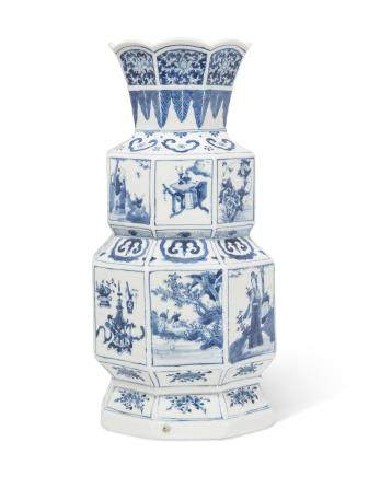 A BLUE AND WHITE HEXAGONAL VASE