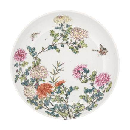 A LARGE FAMILLE ROSE 'CHRYSANTHEMUM' DISH