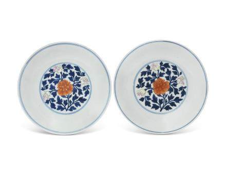 A PAIR OF BLUE AND WHITE, FAMILLE ROSE AND IRON-RED-DECORATED DISHES