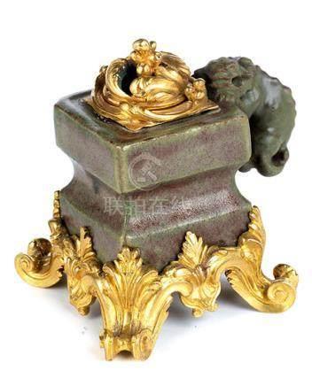 Seltenes Tintenfassgefäß der Ming-Zeit mit vergoldeter Rokokomontierung des 18. Jahrhunderts Höhe: 9