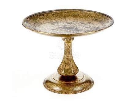Vergoldete Fußtazza (Koftgari) Höhe: 12,5 cm. Durchmesser: 16,5 cm. Indien, um 1880. Nach oben