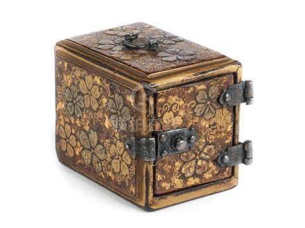 Miniaturlackdöschen Höhe: 2 cm. Länge: 2,8 cm. Tiefe: 2,2 cm. Japan, 18./ 19. Jahrhundert. Döschen