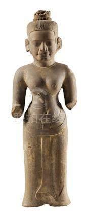 Figur eines Vishnu im Khmer-Stil Höhe inkl. Sockel: 82 cm. Kambodscha. Grauer Sandstein, geschlagen.