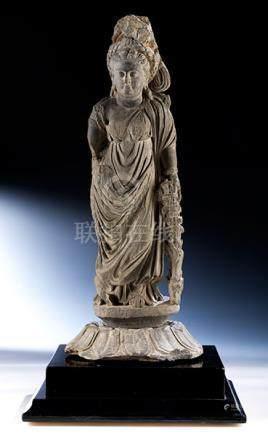 """Steinfigur einer """"Tyche"""" der Gandhara-Kultur Höhe: 58,5 cm. Rosettenlängsdurchmesser: 24 cm. 2."""