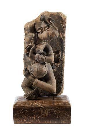 Yakshini Höhe ohne Holzsockel: 62,5 cm. Höhe inkl. Holzsockel: 77,5 cm. Rajasthan, ca. 14./ 15.