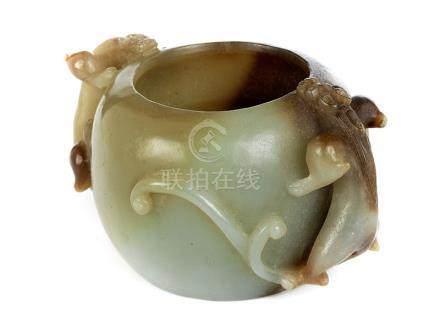Pinselwaschgefäß in Jade Höhe: 5,5 cm. Länge: ca. 9,5 cm. China, Ming-Zeit. Kugelförmig, an beiden