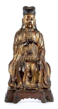 Sitzende Wächterfigur Höhe: ca. 46 cm. China, Ming-Dynastie. Eisenbronze, gegossen, patiniert,