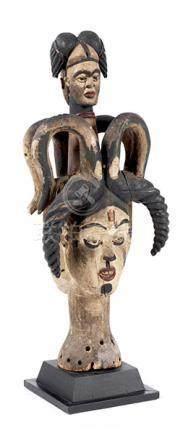 Doppelt-janusköpfige MaskeHöhe inkl. Stand: 92 cm. Holz, geschnitzt, gefasst. Aufsatzmaske modern