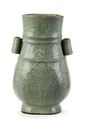 Seladon Hu-Vase Höhe: 27 cm. Bodenseitig vier Etiketten. China. Über unglasiertem Standring der