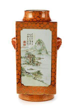 Cong-Vase mit Landschaften Höhe: 30 cm. Bodenseitige eisenrote Siegelmarke. China, 19.