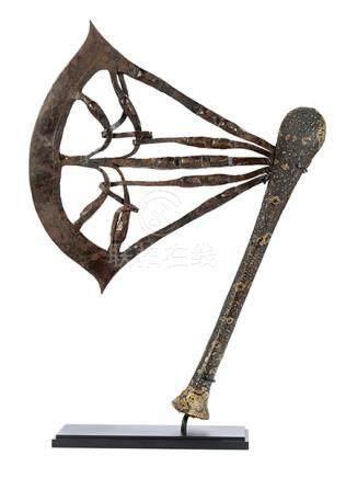 Zeremonialaxt der Songhai Höhe: ca. 46 cm. Kongo, Songhai, frühes 20. Jahrhundert. Holzschaft, mit