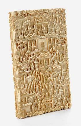 Fein im Relief gearbeitetes Elfenbeinkartenetui 11 x 6,5 cm. China, 19. Jahrhundert. Hochrechteckig,