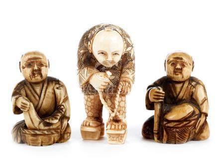 Drei japanische Elfenbeinnetsuke Höhe: 4 cm sowie 5 cm. Jeweils Signatur. Sitzender Mann mit Korb.