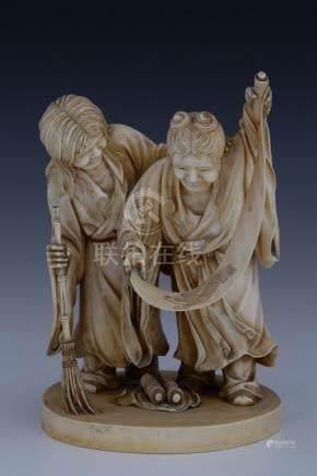 JAPON Période Meiji (1868-1912) OKIMONO en ivoire patiné figurant 2 servantes d