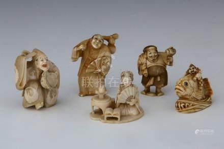 JAPON Vers 1900 ENSEMBLE DE 5 NETSUKE en ivoire représentant :  - un paysan à l