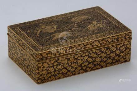 JAPON Vers 1900 PETIT COFFRET finement décoré à l'or de deux divinités parmi de