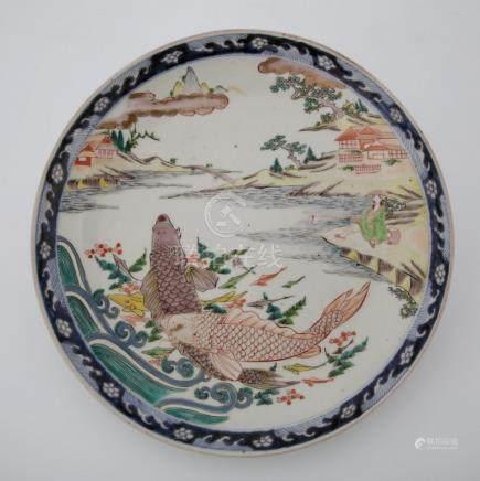 JAPON Fin du XIXème Siècle PLAT en porcelaine polychrome à décor de deux carpes